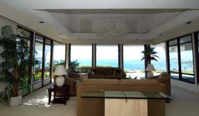 Hillside Villa, 5 bedrooms with Great View on Private Estate