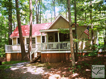Lovely Cottages w/Stocked Lake, Private Hot Tubs, and Gas Fireplaces.