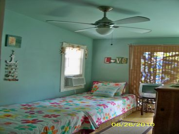 CHARMING 3 BD 2 F BA BEACH HOME, SLEEPS 5 + 2 GUEST,  PETS OK , POOL, PARKING.