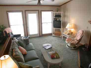 SDA4-Charming and well-maintained beach condo.