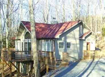 View Tree Top ChaletUpscale home with